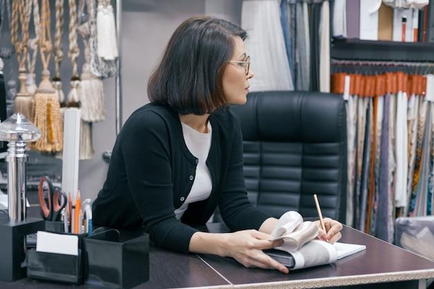 Donna d'affari in bicchieri in ufficio