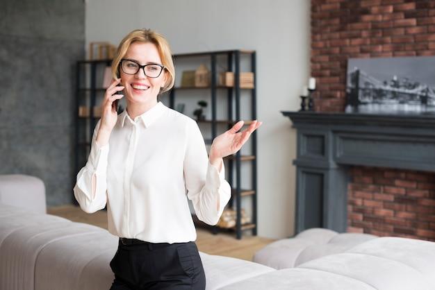 Donna d'affari in camicia parlando al telefono