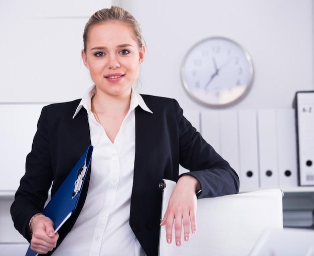 Donna d'affari in piedi in ufficio