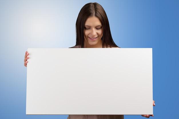 Donna d'affari in possesso di un banner