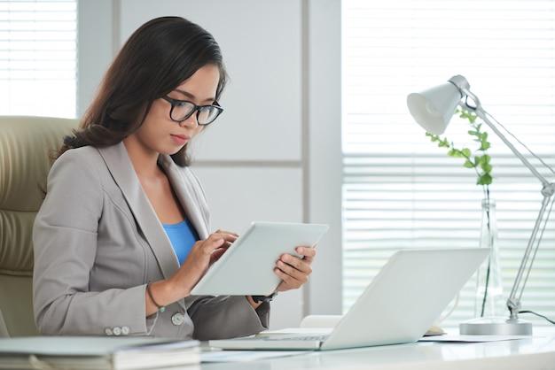 Donna d'affari, lavorando su tablet