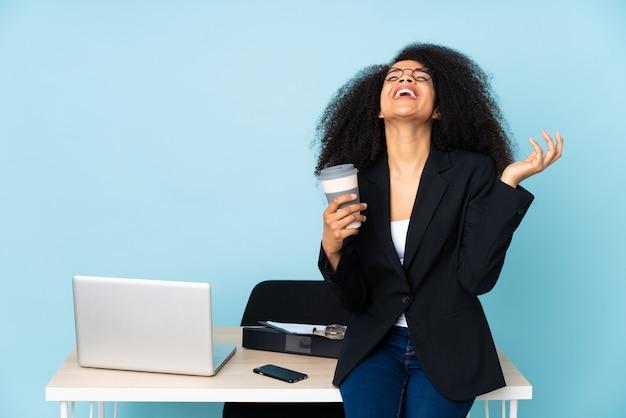 Donna d'affari nel suo posto di lavoro