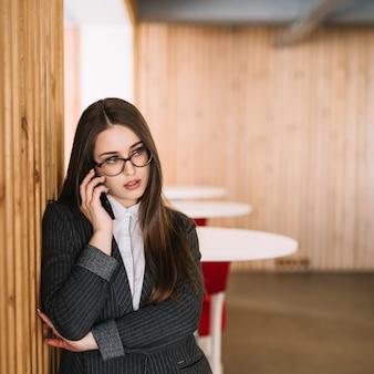 Donna d'affari parlando per telefono
