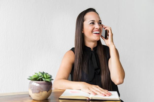 Donna d'affari ridendo al telefono