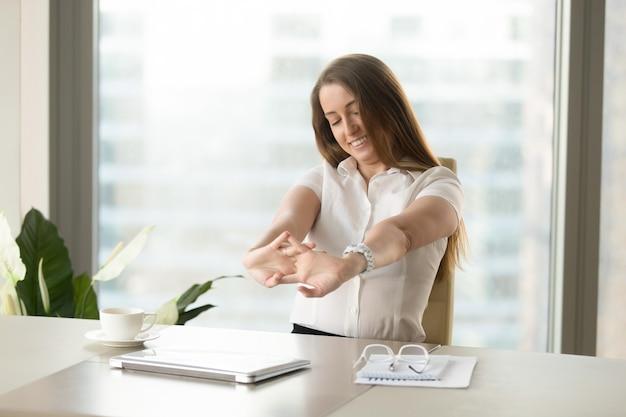 Donna d'affari rilassando i muscoli dopo aver terminato il lavoro