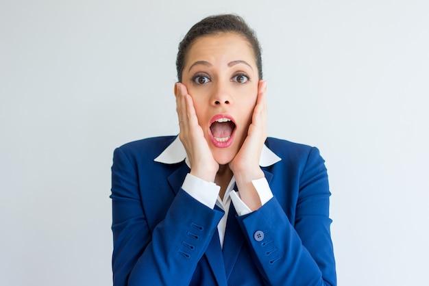 Donna d'affari scioccata estremamente sorpresa.