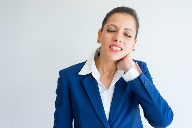 Donna d'affari sconvolto con dolore al collo