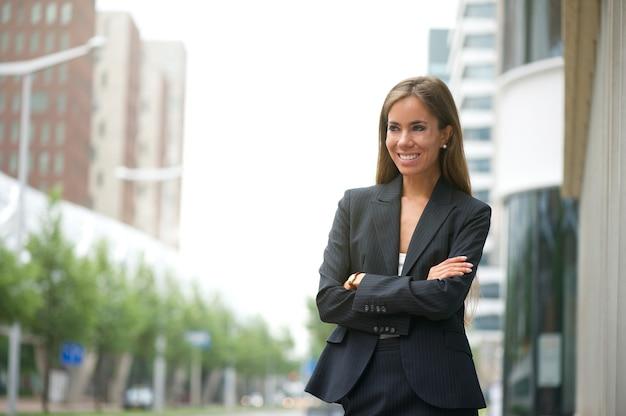 Donna d'affari sorridente all'aperto