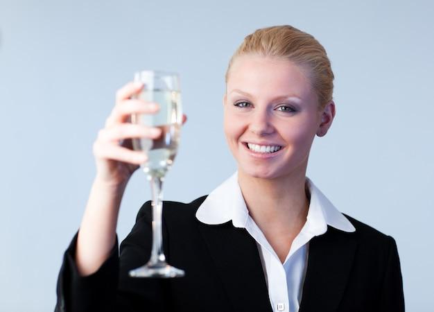 Donna d'affari tenendo un bicchiere di champagne