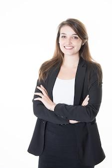 Donna d'affari vestita in modo formale con le braccia incrociate