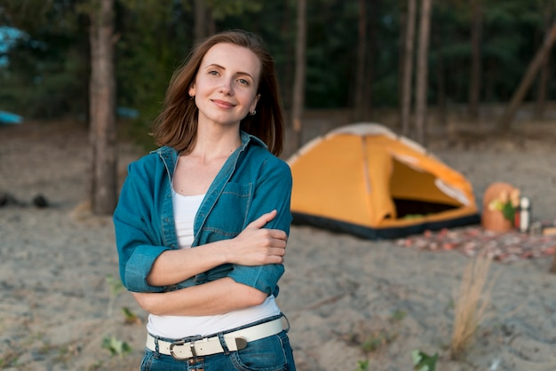 Donna da campeggio a colpo medio