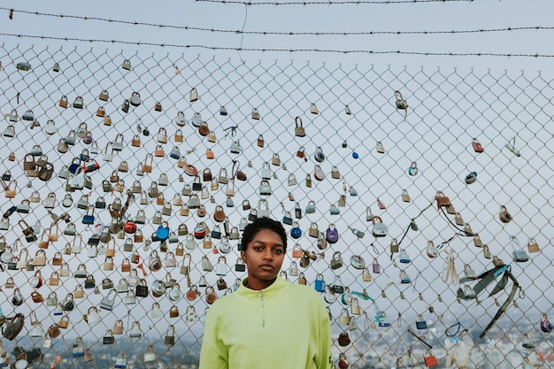 Donna da una recinzione con lucchetti a los angeles