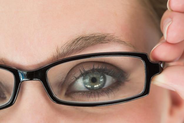 Donna dagli occhi verdi con gli occhiali