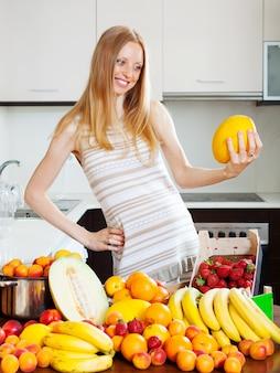 Donna dai capelli lunghi con melone