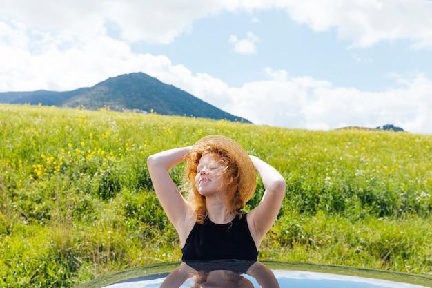 Donna dai capelli rossi che gode del sole