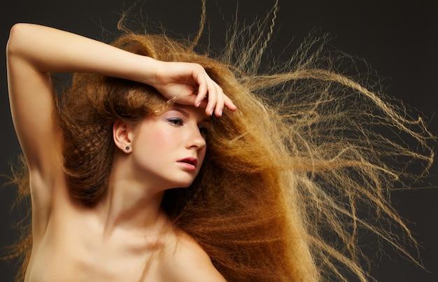 Donna dai capelli rossi ricci dai capelli lunghi
