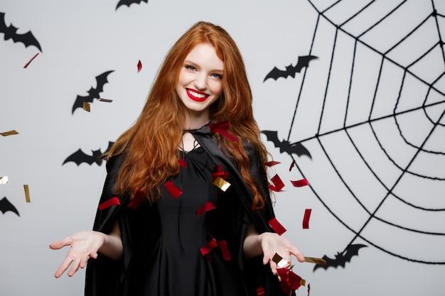 Donna dai capelli rossi vestita per halloween.