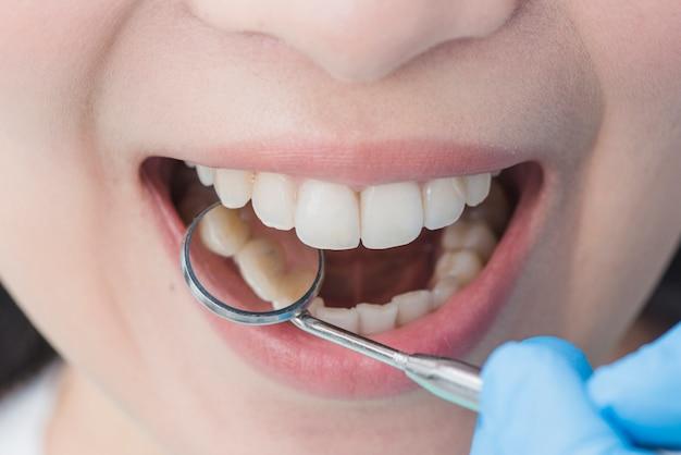 Donna dal dentista
