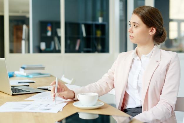 Donna dal posto di lavoro