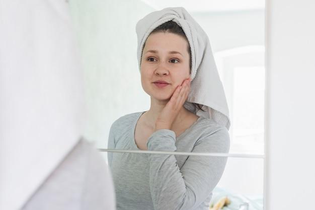 Donna davanti allo specchio in bagno