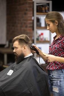 Donna del barbiere che fa un taglio di capelli
