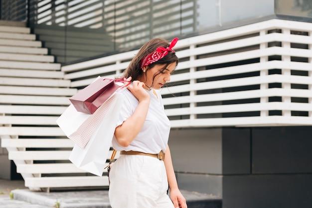 Donna del colpo medio che indossa la bandana rossa