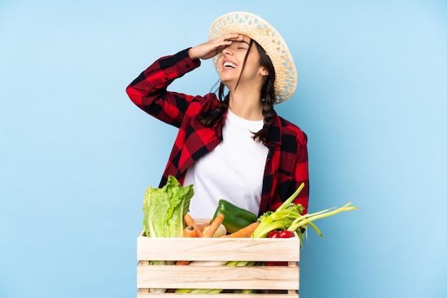 Donna del coltivatore sopra la parete isolata