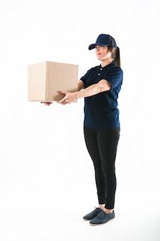 Donna del corriere che consegna il pacchetto su fondo bianco