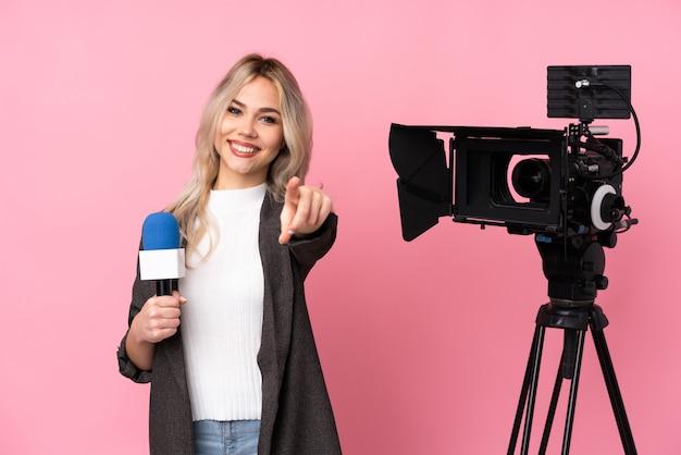 Donna del giornalista sopra la parete isolata