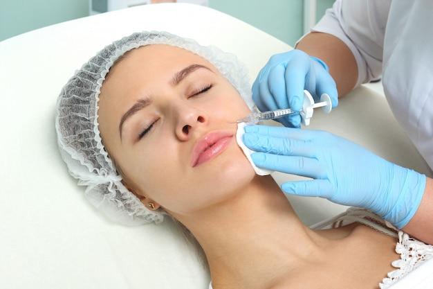 Donna del medico che fa iniezioni di botox.