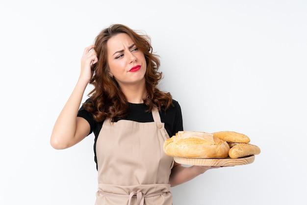 Donna del panettiere sopra la parete isolata