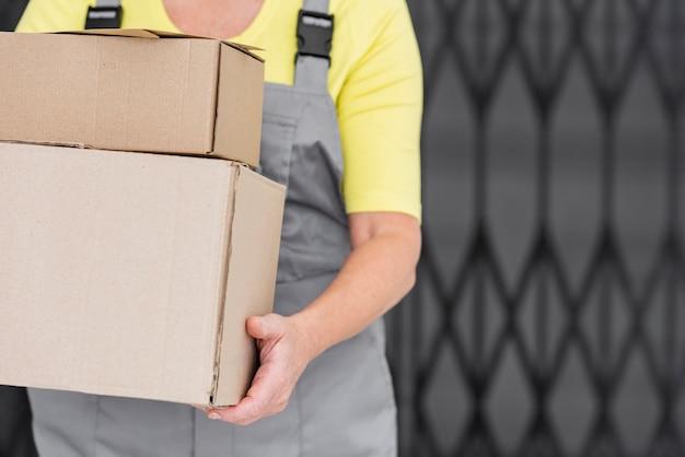 Donna del primo piano che consegna i pacchetti