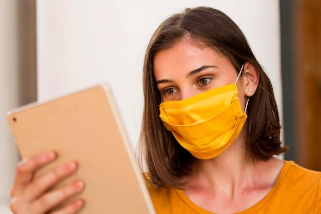 Donna del primo piano che indossa maschera gialla