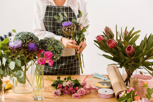 Donna del primo piano che lavora al deposito di fiore