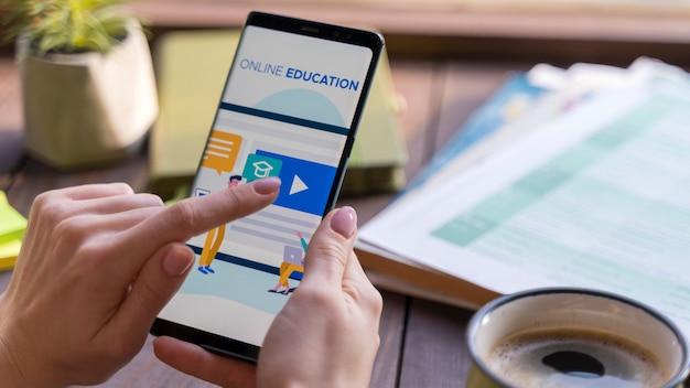 Donna del primo piano che legge sull'istruzione online