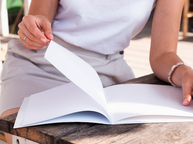 Donna del primo piano che legge una rivista del modello