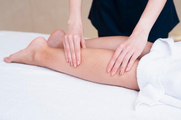 Donna del primo piano che massaggia un cliente