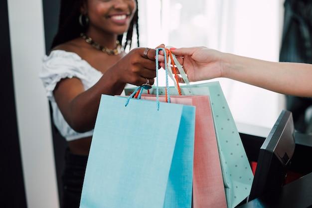 Donna del primo piano che prende i sacchetti della spesa