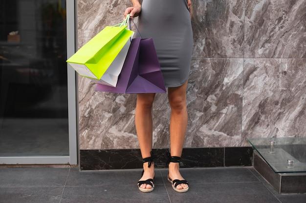 Donna del primo piano con i sacchetti della spesa