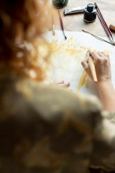 Donna del primo piano con la pittura della spazzola