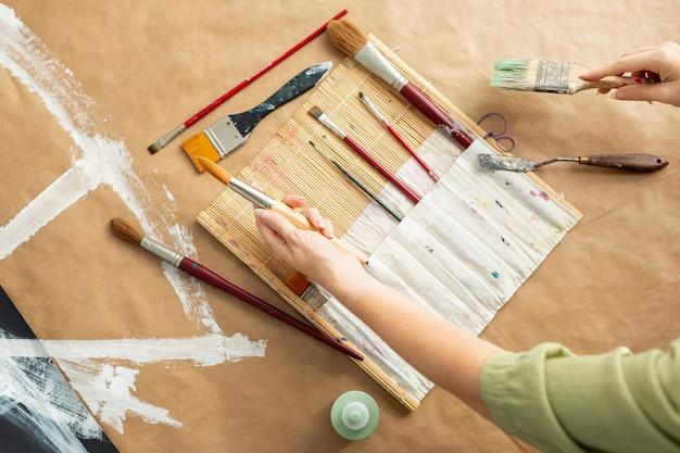 Donna del primo piano con la raccolta della spazzola