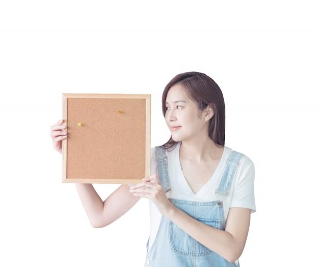 Donna del primo piano con la scheda del sughero isolata su priorità bassa bianca