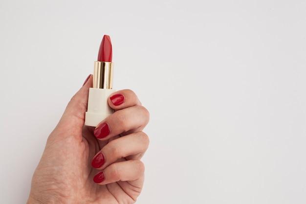 Donna del primo piano con rossetto rosso e fondo bianco