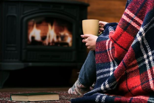 Donna del primo piano coperta in coperta