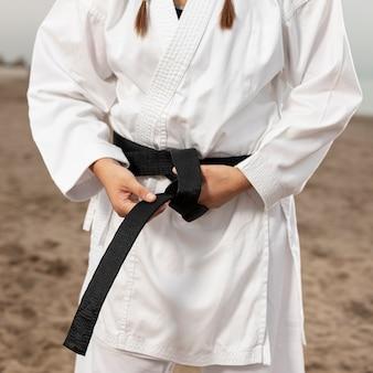 Donna del primo piano in costume di arti marziali