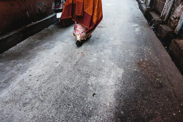 Donna del rajasthan che cammina in strada