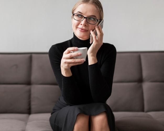 Donna del ritratto che gode del caffè
