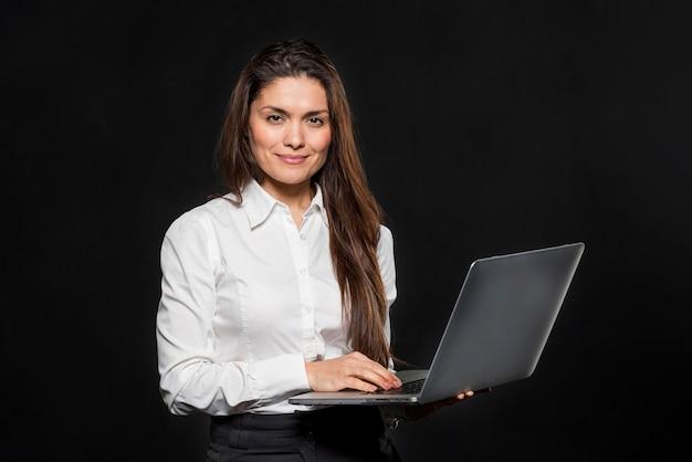 Donna del ritratto con il computer portatile