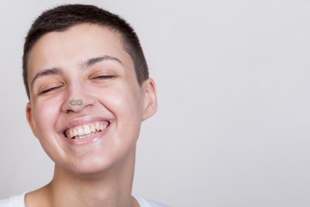 Donna del ritratto con trattamento del fango sul naso