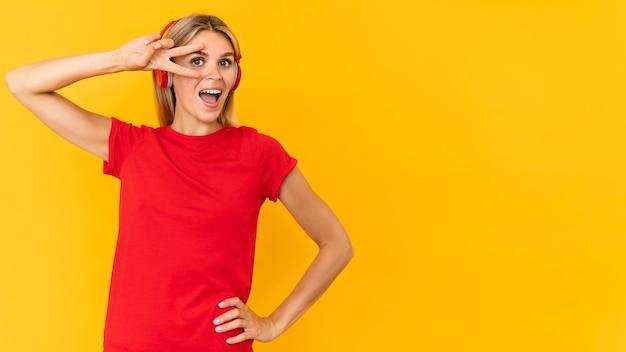 Donna del tiro medio che posa nel rosso